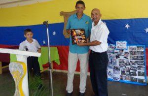 El joven homenajeado Mauro Campos, recibió placa de reconocimiento de manos del Prof. Anibal Ramos.
