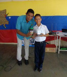El profesor Mauro Campos entrega reconocimiento a alumno destacado