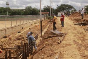 Avanzan los trabajos en el campo de fútbol en Cristo Rey