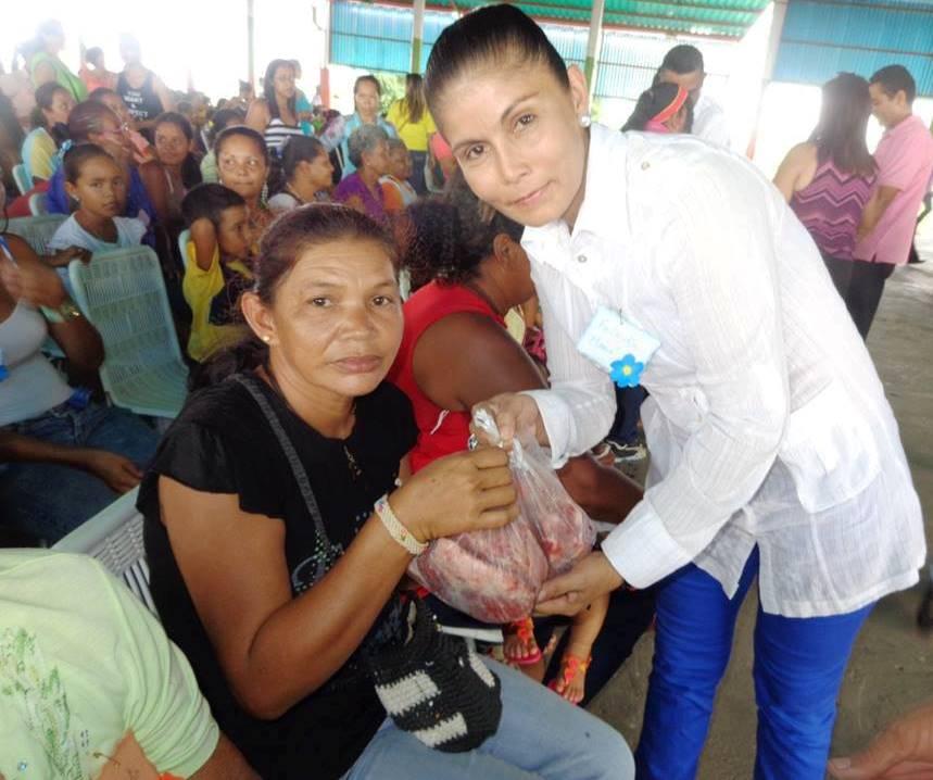 La primera dama del municipio Ana Campos hace entrega de tres kilogramos de carne a una de las madres agasajadas