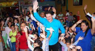 El Alcalde Pedro Loreto y la primera dama Manarí de Loreto llegando al cine en compañia de los niños y niñas