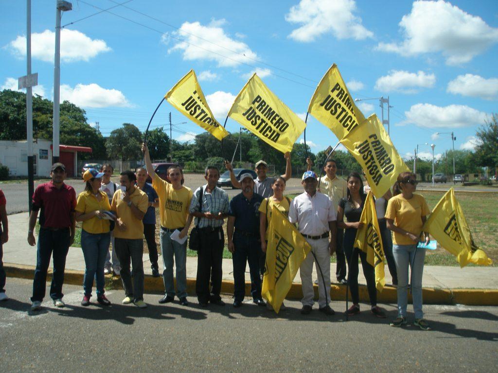 activistas-se-concentraron-cerca-del-centro-de-votacion-de-la-escuela-juana-josefa-vargas