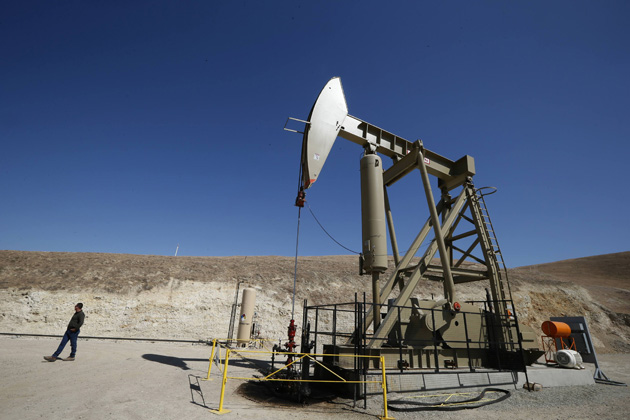 An exploratory well drills for oil in the Monterey Shale, California, April 29, 2013. The vast Monterey shale formation is estimated by the U.S. Energy Information Administration to hold 15 billion barrels of technically recoverable oil, or four times that of the Bakken formation centered on North Dakota. Most of that oil is not economically retrievable except by hydraulic fracturing, or fracking, a production-boosting technique in which large amounts of water, sand and chemicals are injected into shale formations to force hydrocarbon fuels to the surface. Picture taken April 29, 2013.  REUTERS/Lucy Nicholson (UNITED STATES - Tags: ENERGY BUSINESS)