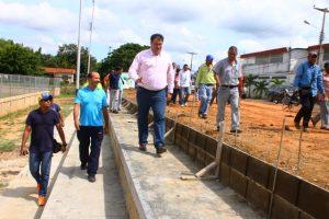 el-alcalde-pedro-loreto-supervisa-los-trabajos-de-construccion-de-las-gradas-en-el-campo-de-futbol-en-la-comunidad-cristo-rey