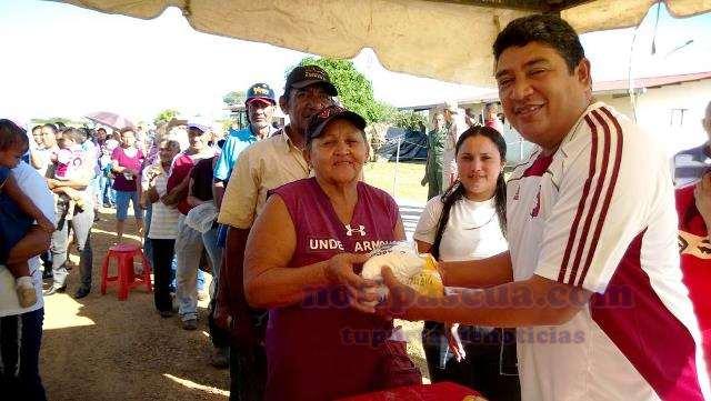 08-las-familias-recibieron-su-combo-de-arina-dona-goya-de-manos-del-alcalde-elias-zurita