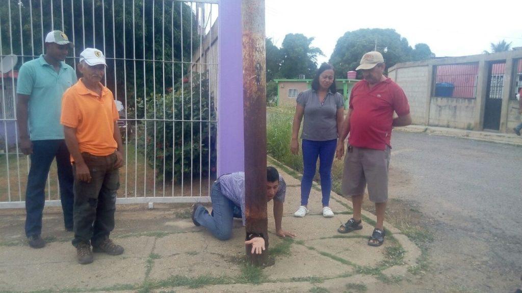 Vecinos indican como estan desgastado los postes en el sector Aeropuerto