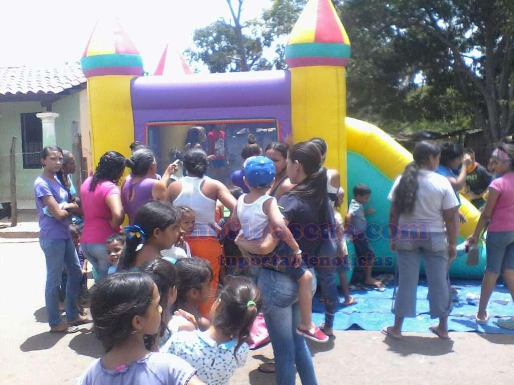 Niños disfrutaron de inflables y juegos creativos el día de reyes en la entrega de juguetes