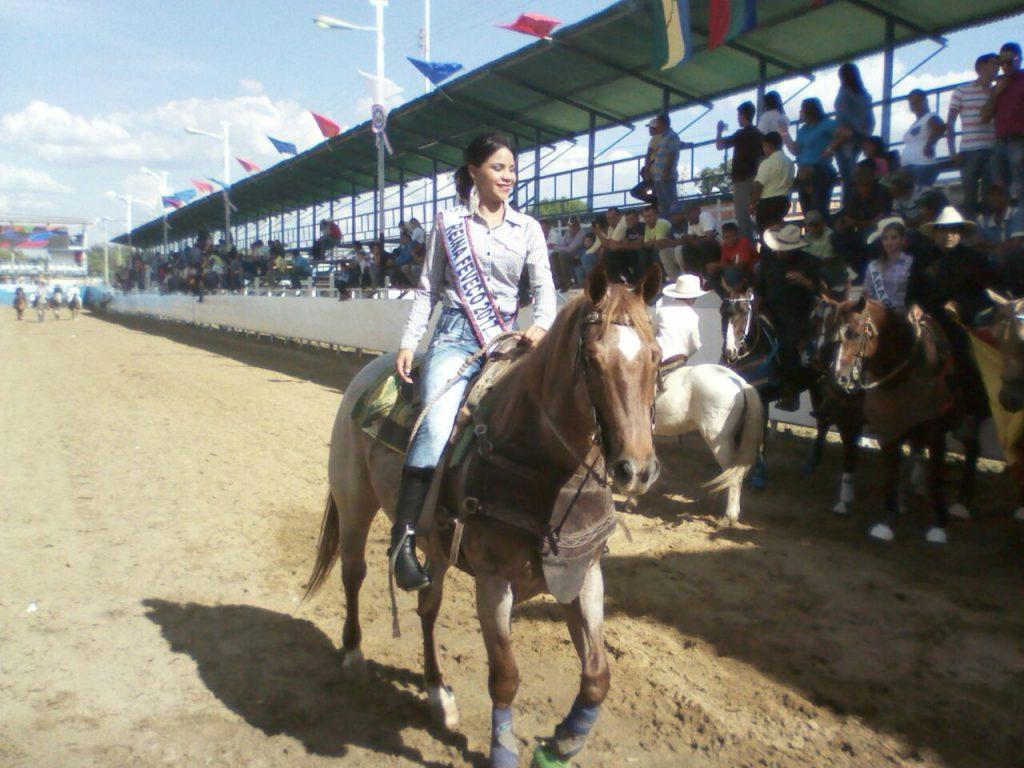 La reina del coleo lucio radiante montando un caballo alazán y saludó a todo el público