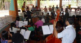 concierto en las aguas termales por parte de la orquesta sinfonica