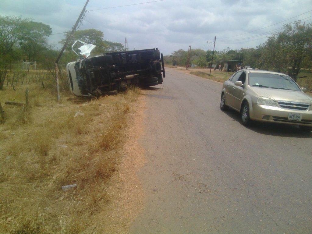 El conductor del vehículo al parecer perdió el control resultando lesionado