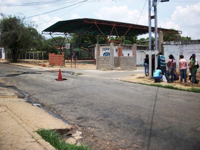 Las aguas servidas que salen de una boca de visita frente a Poliguárico lleva más de dos semanas derramándose por las calles