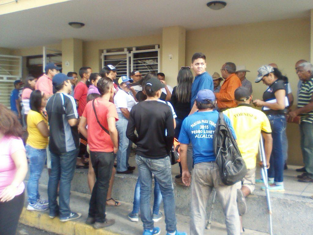 afectados protestaron afuera de la alcaldia por que la misma ajusto el recorrido de la ruta urbana