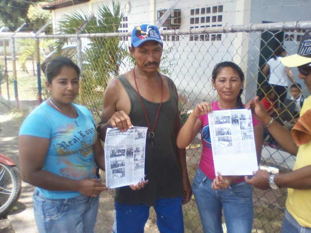 Los vecinos del caserío Santa Rita de Manapire muestran la publicación realizada el pasado 08 de marzo donde dicen que fueron entregados 917 bolsas y cajas Clap