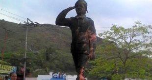 Queman estatua de Chávez