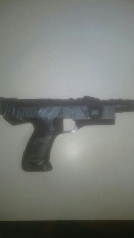 El facsímil tipo pistola incautado al sospechoso al momento de ser capturado