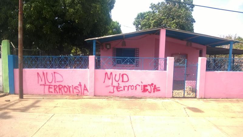 La vivienda donde habita el padre de la iglesia Espíritu Santos fue pintada con grafitis.