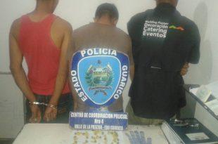 Los tres sujetos detenidos tenían en su poder la cantidad de 28 envoltorios de presunta marihuana camuflados en un guante de albañil