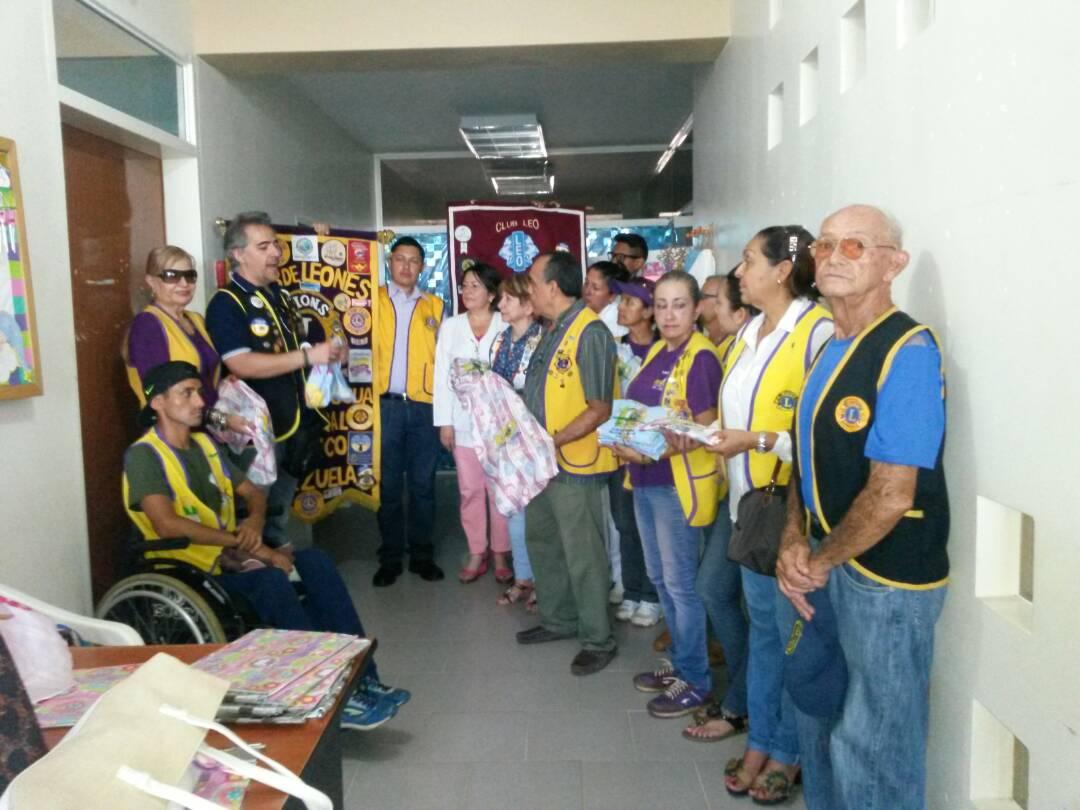 Instantes cuando los socios del Club de Leones hace la entrega del donativo al área de recién nacidos  del nosocomio infantino