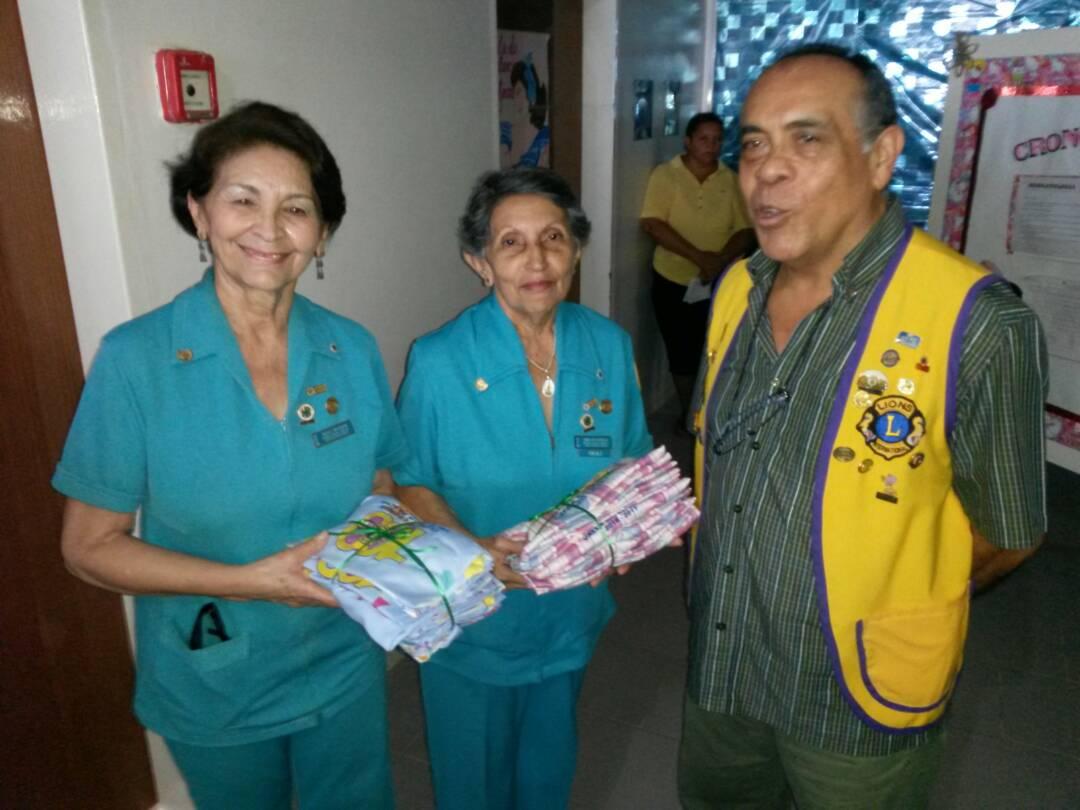 Las Damas de Azul fueron las encargadas de recibir el aporte de manos de los socios del Club de Leones