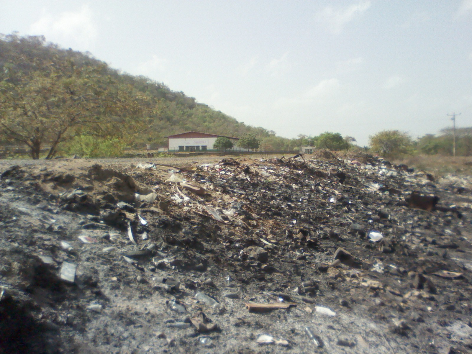La entrada hacia Cabruta lleva muchos años siendo un vertedero de basura y a pesar de que bajaron los recursos para ser mudado a otro lugar.