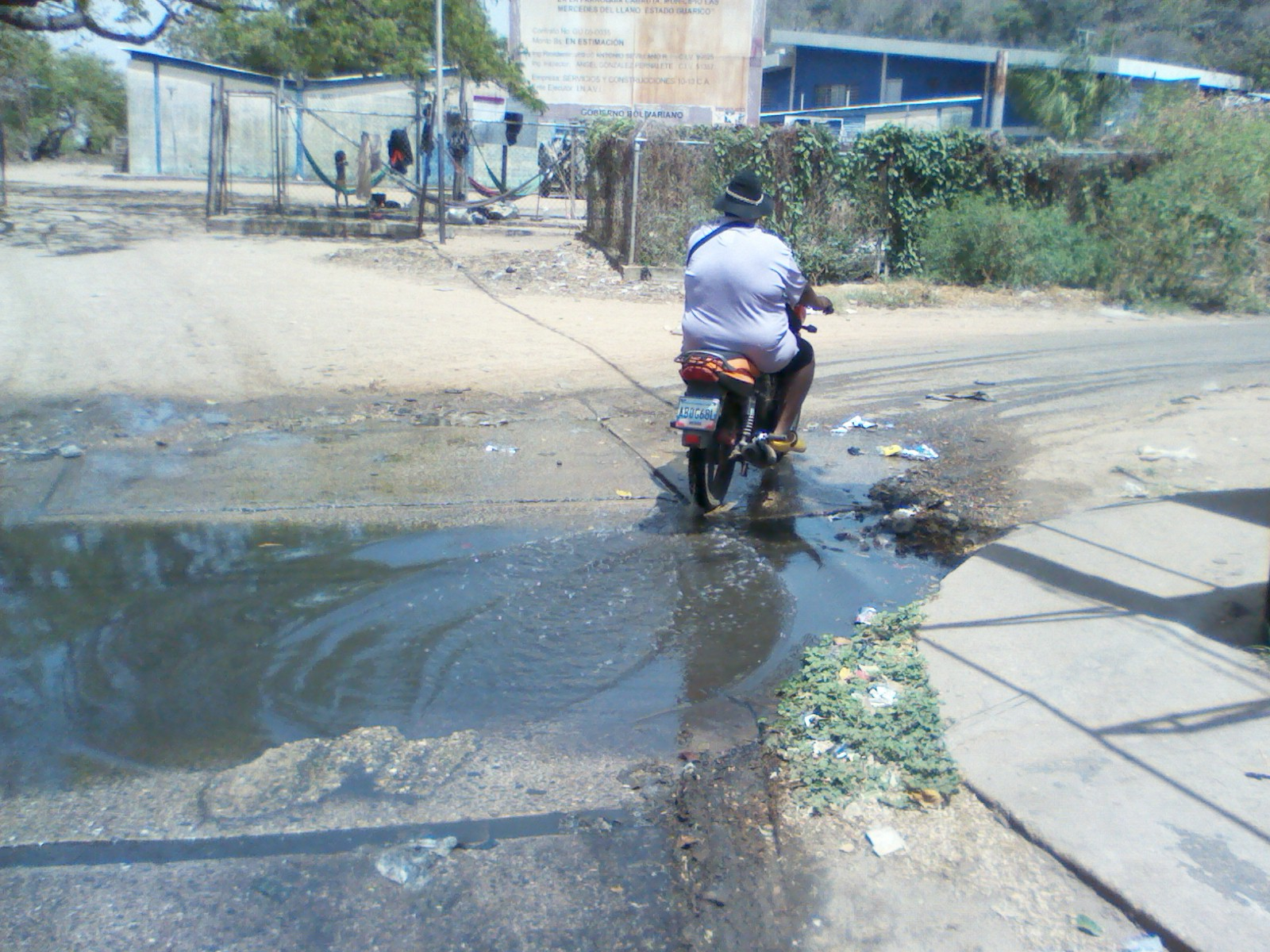Las calles de Cabruta están inundadas de aguas negras ante la falta de mantenimiento.