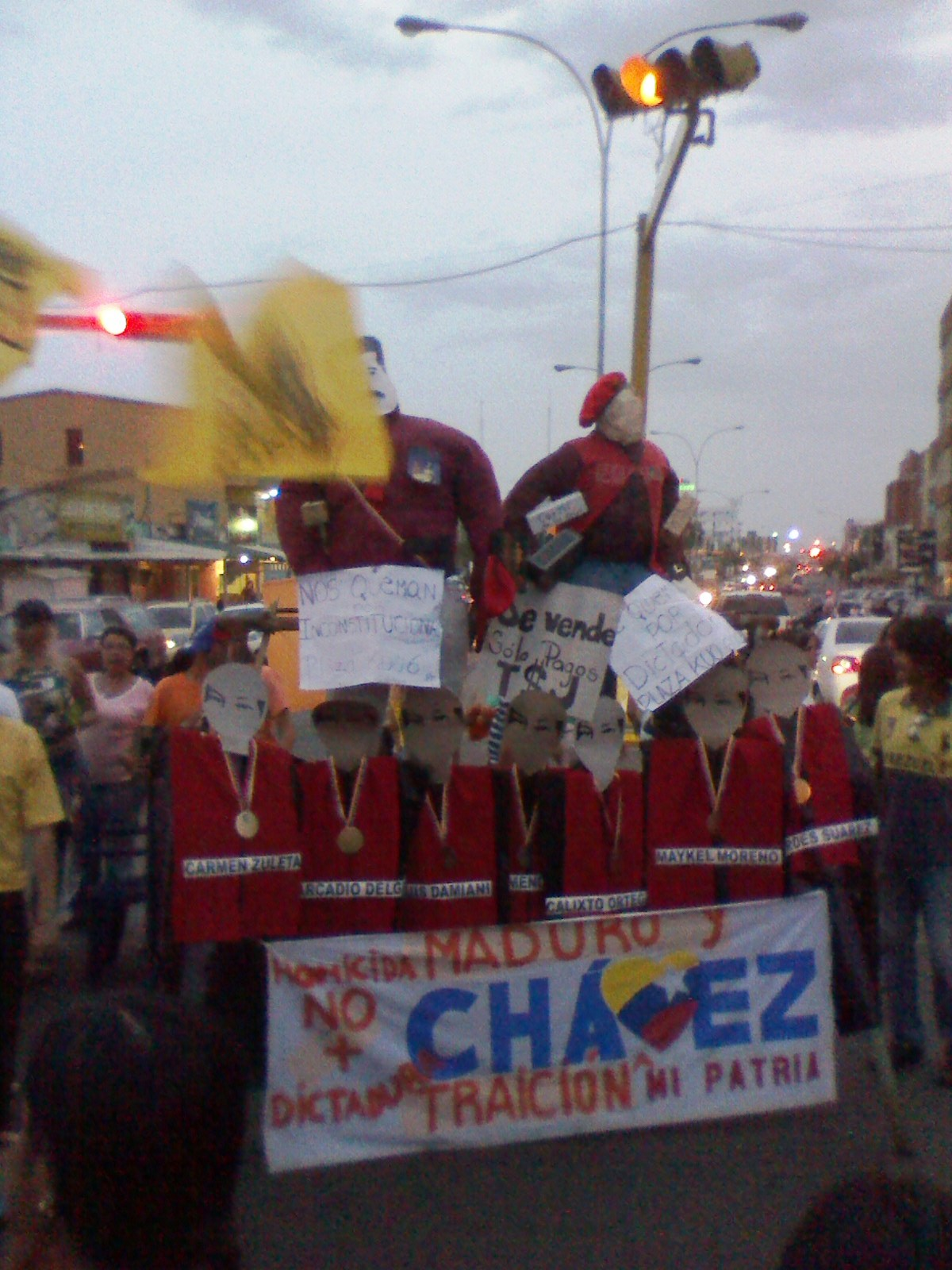 Cerca de Plaza Kuo los simpatizantes de la Mesa de la Unidad quemaron a tres Judas en alusión a personajes del acontecer político nacional