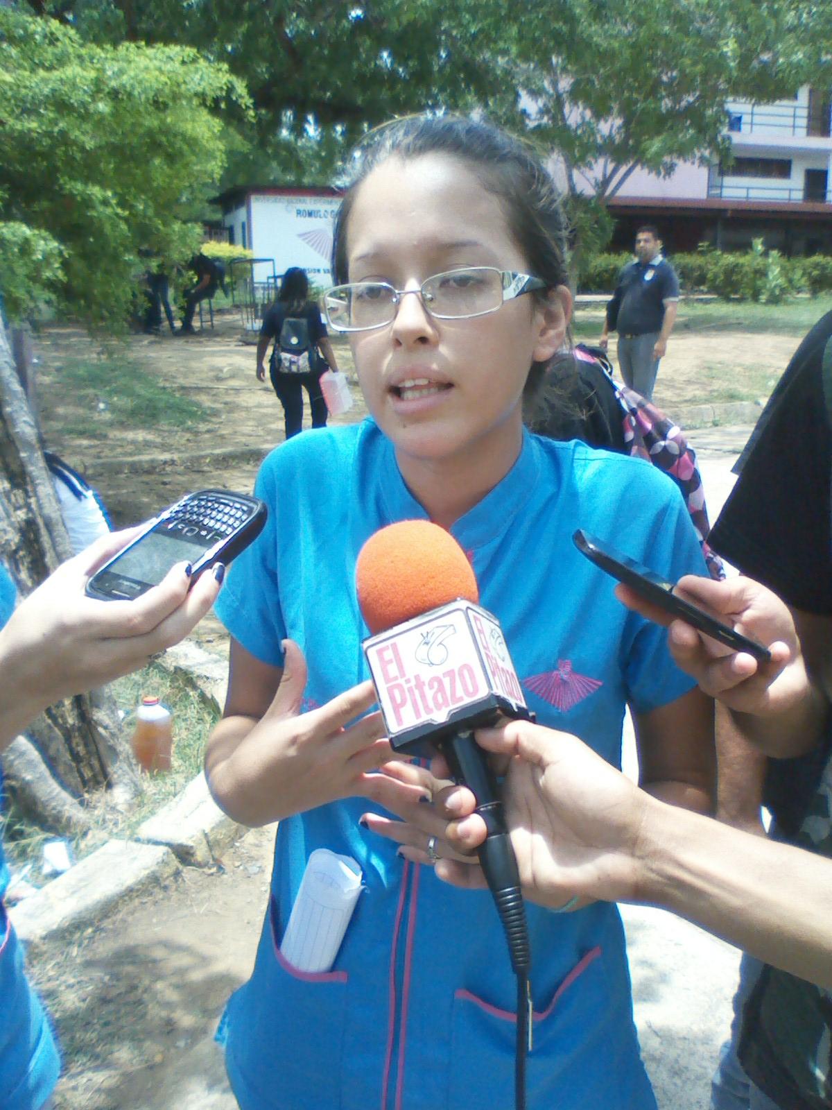 La estudiante del segundo año de medicina Ana Pineda al momento de ofrecer las declaraciones