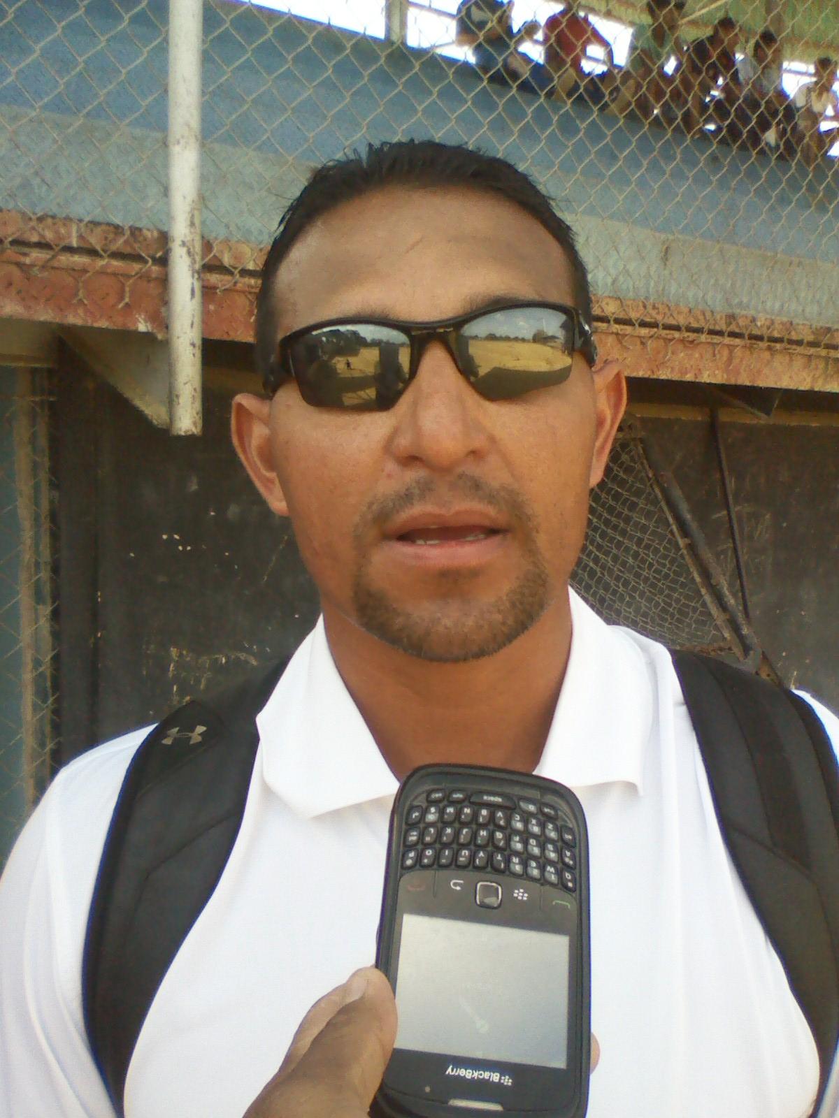 El Scouts de Milwaukee Brewers Baseball Club Trino Aguilar al momento de ofrecer la información