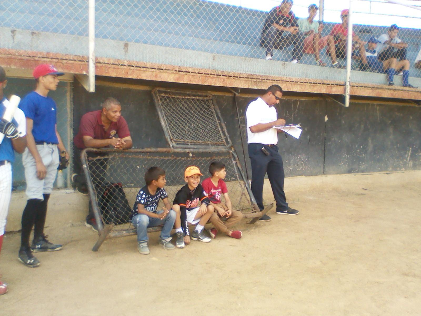 Los niños del sector observaban atentos el desarrollo del chequeo a cada prospecto