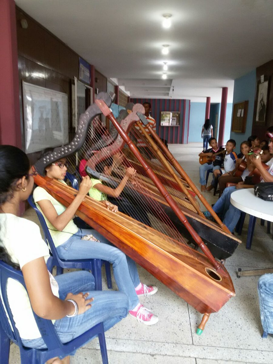 Practicas de arpas en la casa de la cultura del municipio infante