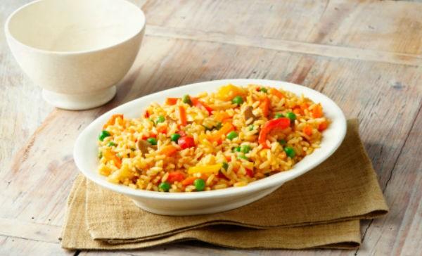 Hierve el arroz con abundante agua