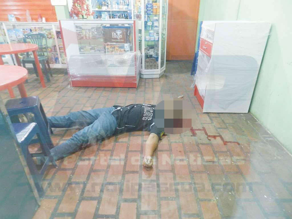 hombre asesinado dentro de la licoreria.