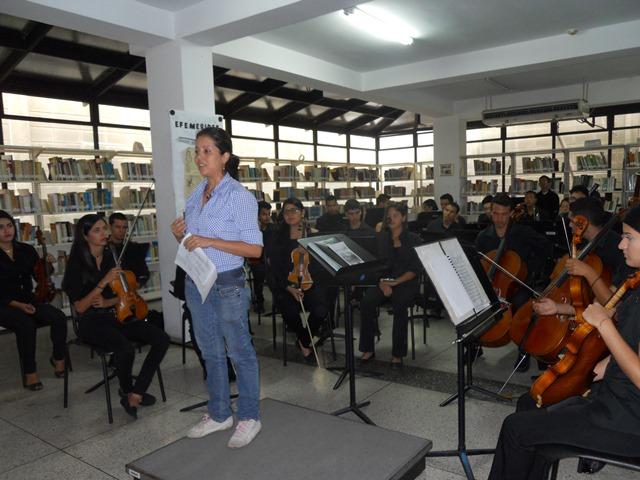 Al inició de la presentación, la licenciada Rebeca Calderón se dirigió a los presentes e hizo una lectura sobre Ludwig van Beethoven