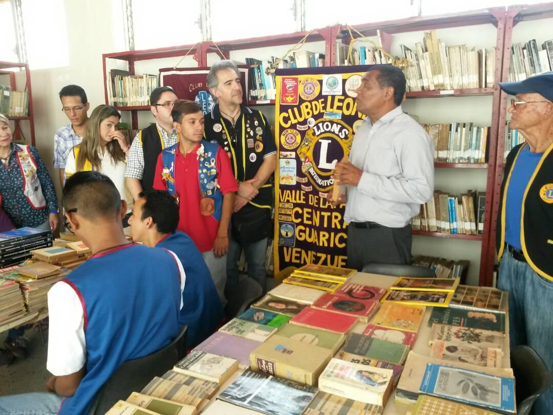 El director de la Biblioteca Pública Pedro Escobar Ramírez Sergio Silva fue el encargado de recibir la donación de los libros