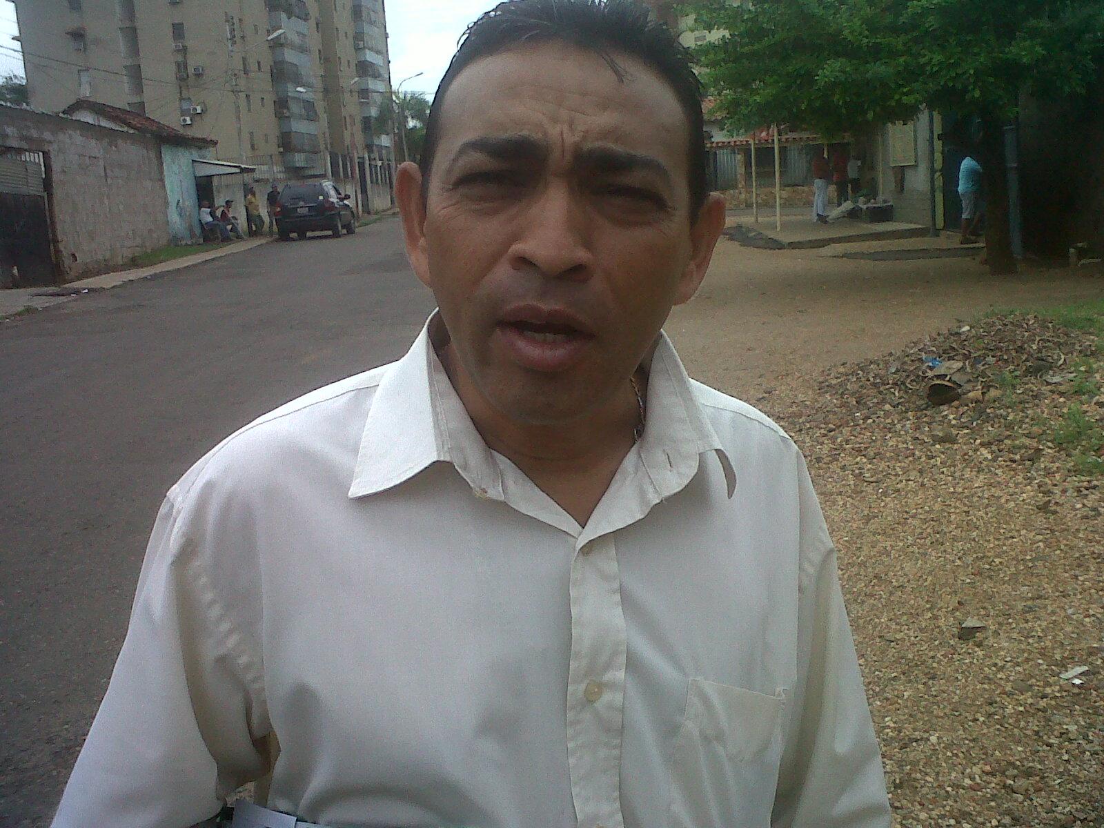 William Molina (camisa blanca) le hizo un llamado al señor Leopoldo Matos para que se sincerice con la distribución de la harina en la localidad