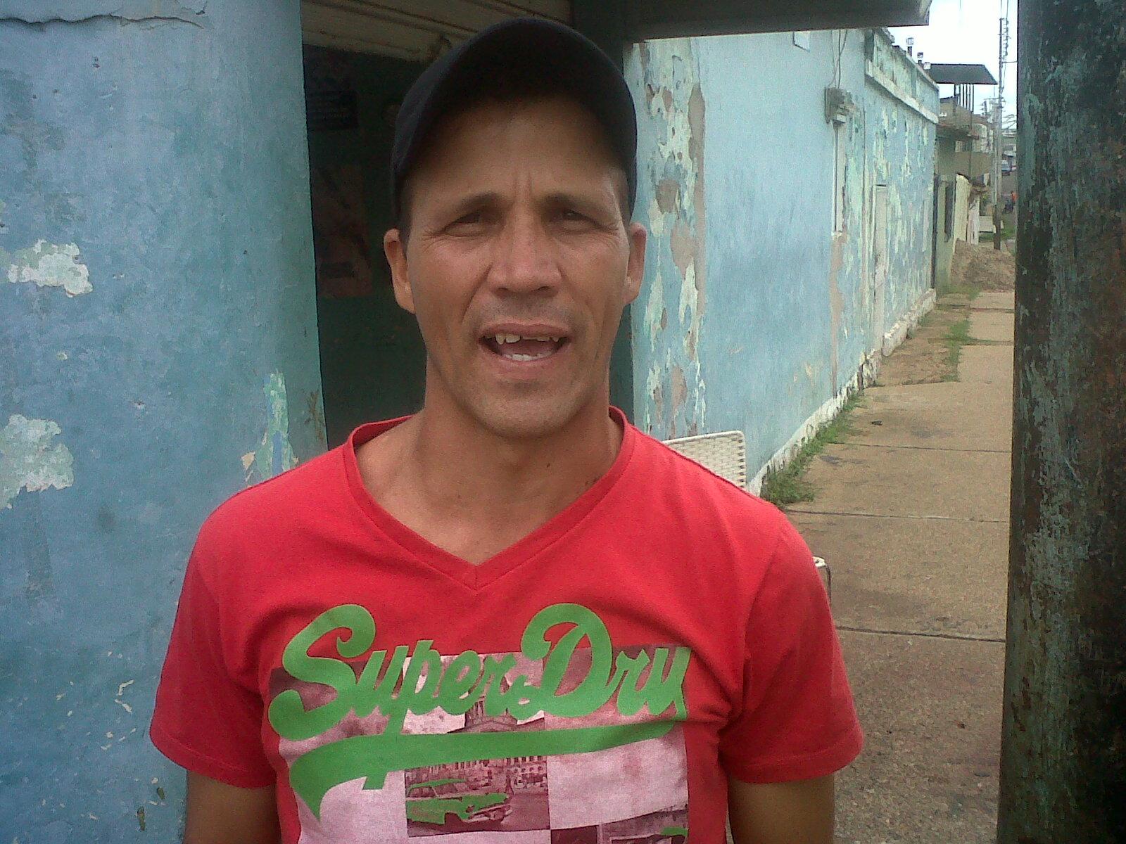 Eddie Bonilla (franela roja) indicó que cuando logra ubicar el producto ya tiene sobre precio