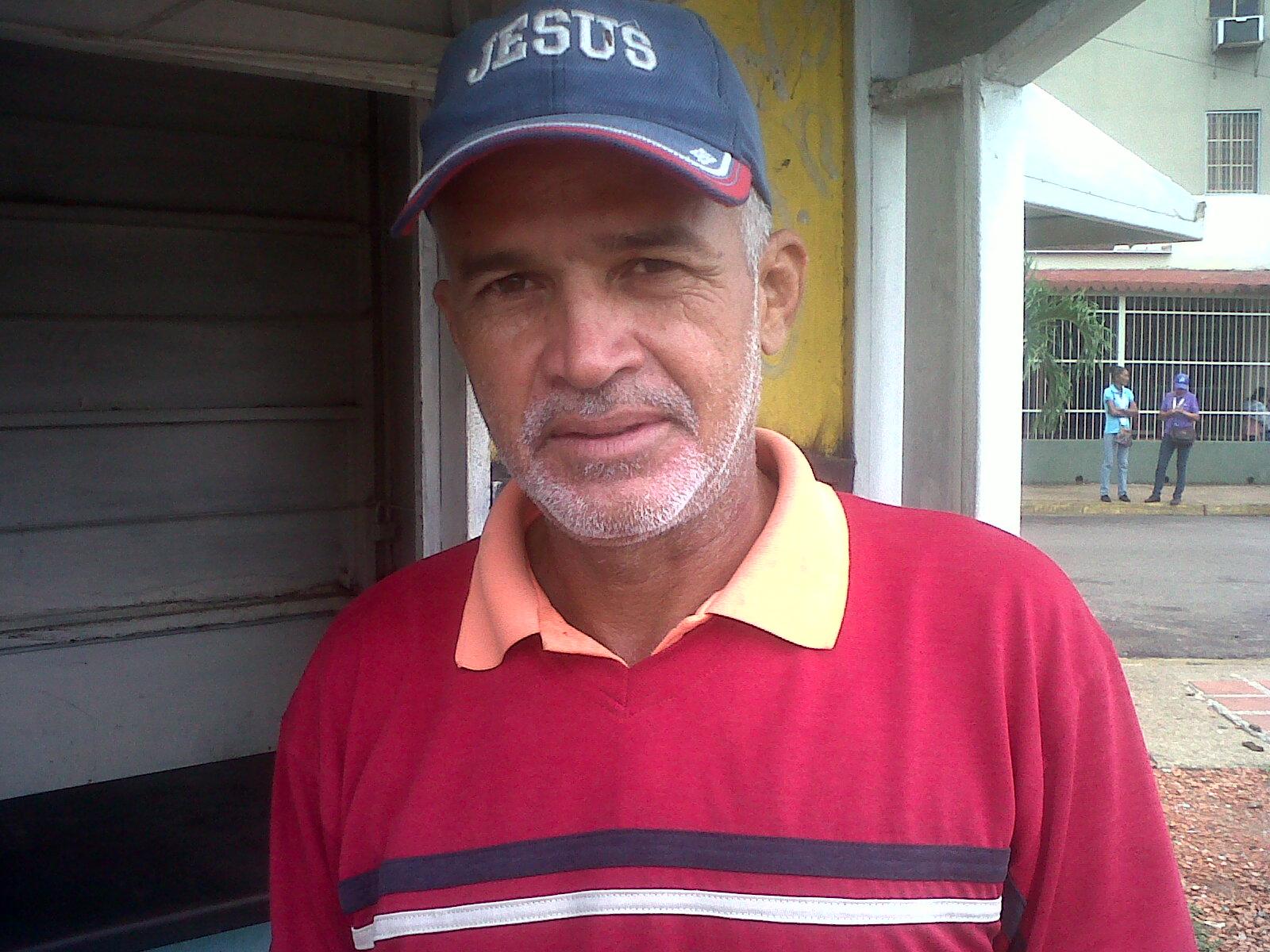 Jesús Eduardo Millán (chemies a rayas) cuestionó que a pesar de este la empresa en la localidad el producto llega primero a otros estados del país