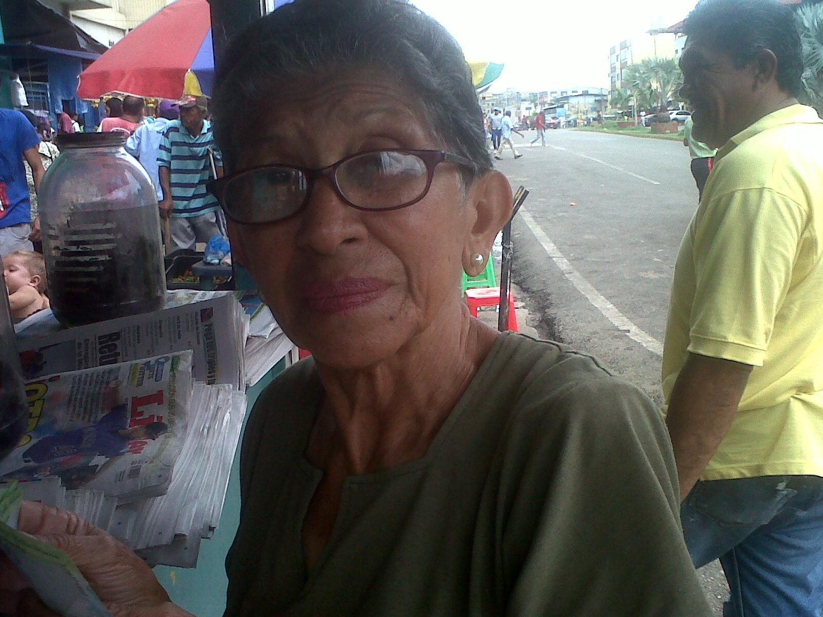 Dalila de Piñero (de lentes) dijo que la ultima vez que pudo comprar harina Doña Goya la pagó a 3.500 bolívares