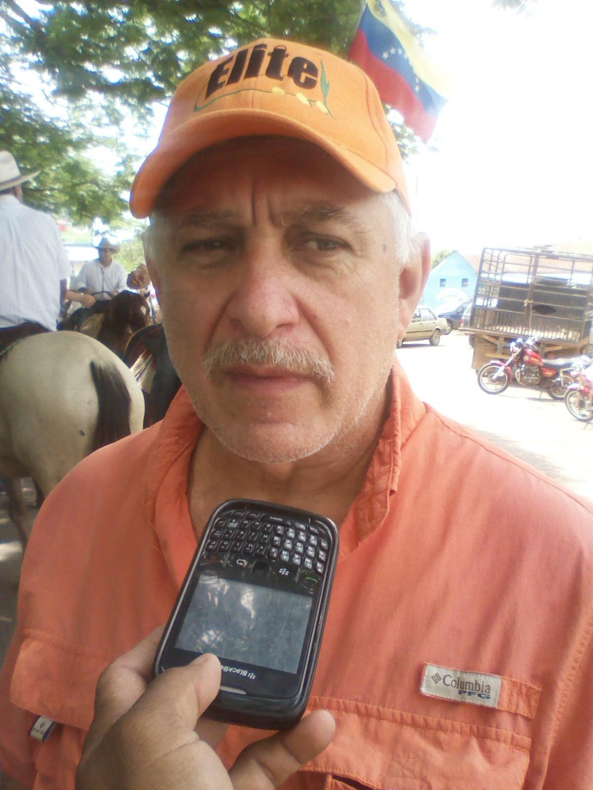 El ingeniero agrónomo y productor agrícola Rafael Meza (franela naranja) resaltó la situación bien preocupante que esta viviendo el país