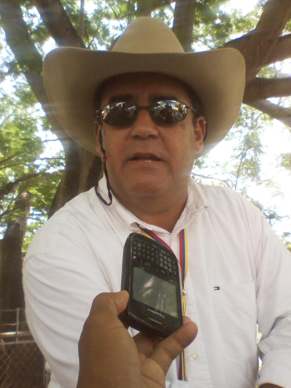 El productor agropecuario Ramón Coronel (lentes oscuros) expresó que lo más importante de esta cabalgata es que el pueblo se de cuenta que tienen que luchar