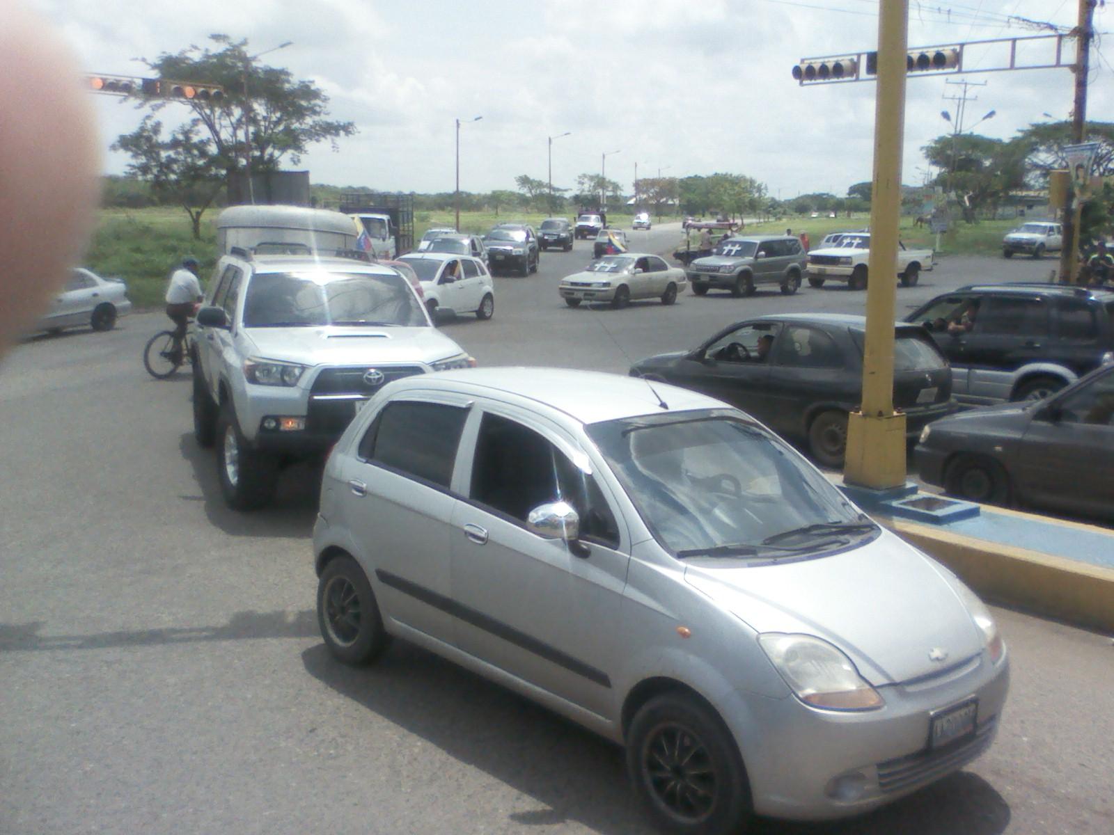 Numerosos vehículos acompañaron a los jinetes