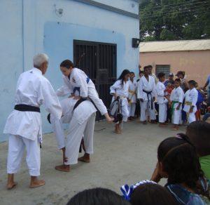 Alumnos pertenecientes a la escuela de karate de La Concordia
