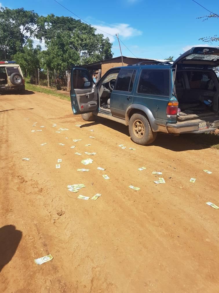 Al verse cercados por las comisiones dejaron abandonada la camioneta