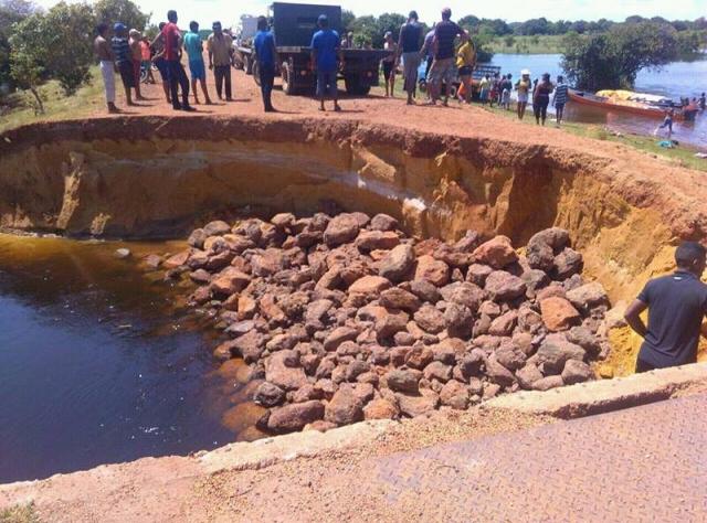 Al lugar transportaron 20 camiones de granza y enormes piedras para solventar la situación