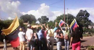 Los manifestantes trancsrn ambos canales de la avenida Los Llanos en la población de Tucupido