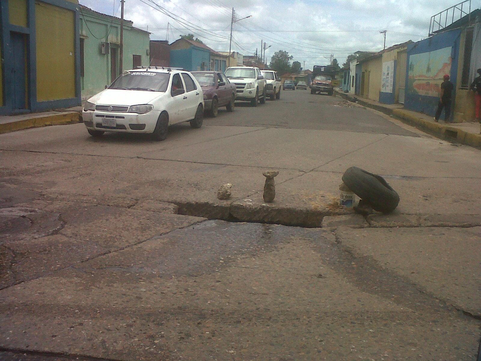 Avenida Rómulo Gallegos con avenida Libertador la caída de las cloacas esta ocasionando el hundimiento de la vía