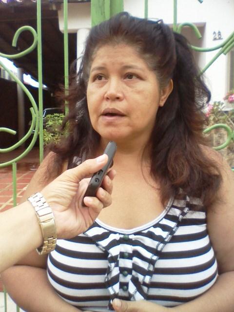 Maleyda Álvarez (blusa a rayas blanco y negro) dijo que el principal problema que causa las inundaciones son las redes de aguas servidas