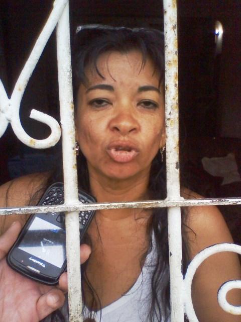 Esmeralda Rodríguez (detras de rejas) señaló que por causa de dos construcciones aledañas las aguas drenan hacia el urbanismo