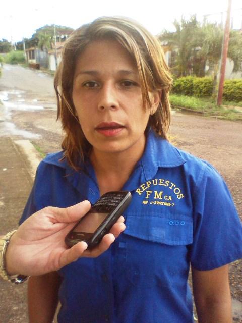 Luliana Sosa (camisa azul) dijo que el gobierno municipal debería realizar un plan de canalización en la zona