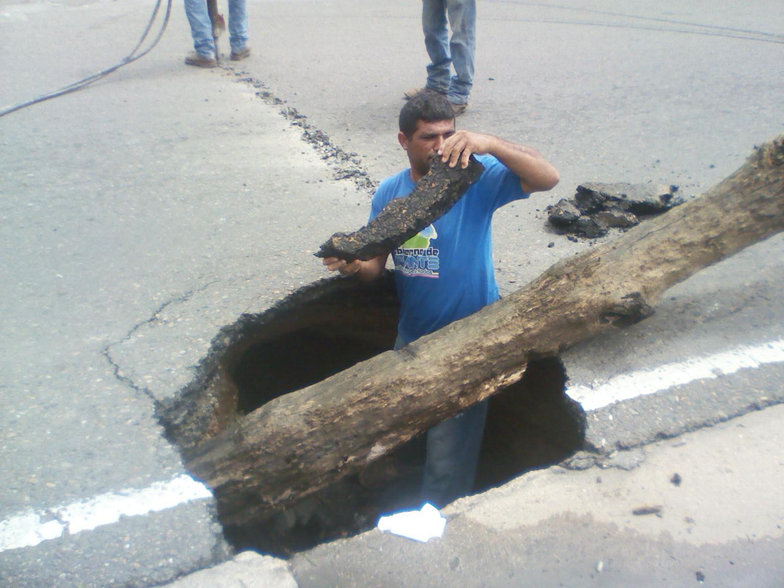 Avenida Rómulo Gallegos con calle Providencia las cloacas caídas formaron una cueva subterránea